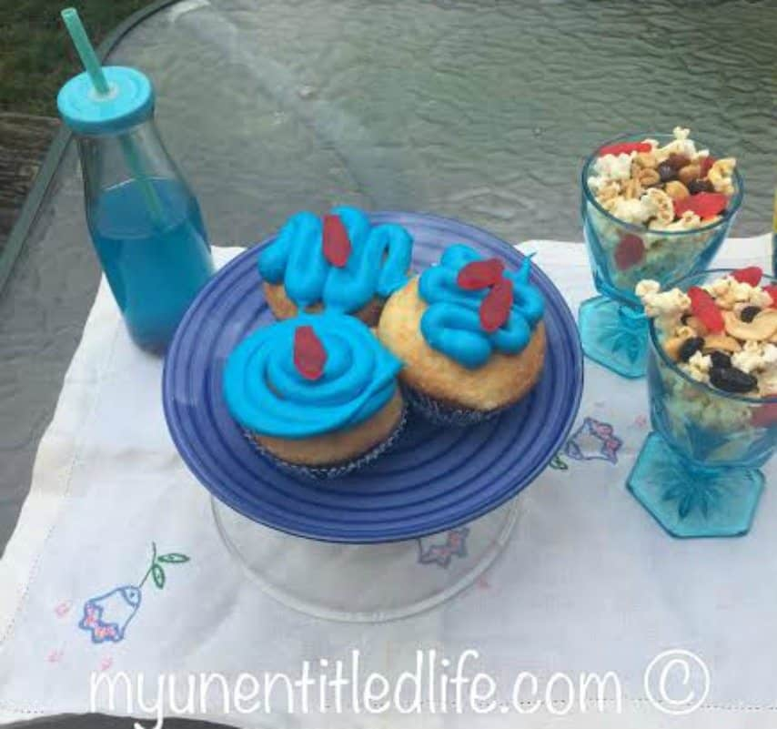 shark cupcakes recipe, shark juice recipe and popcorn mix recipe for family movie night